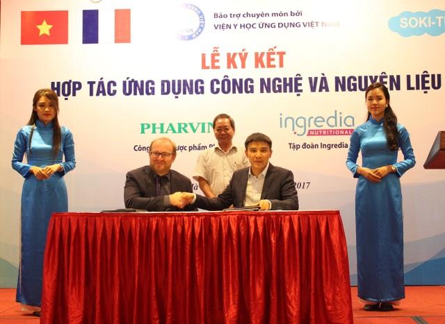Đại diện Công ty CP Dược phẩm Pharvina và Tập đoàn Ingredia thực hiện lễ ký kết.