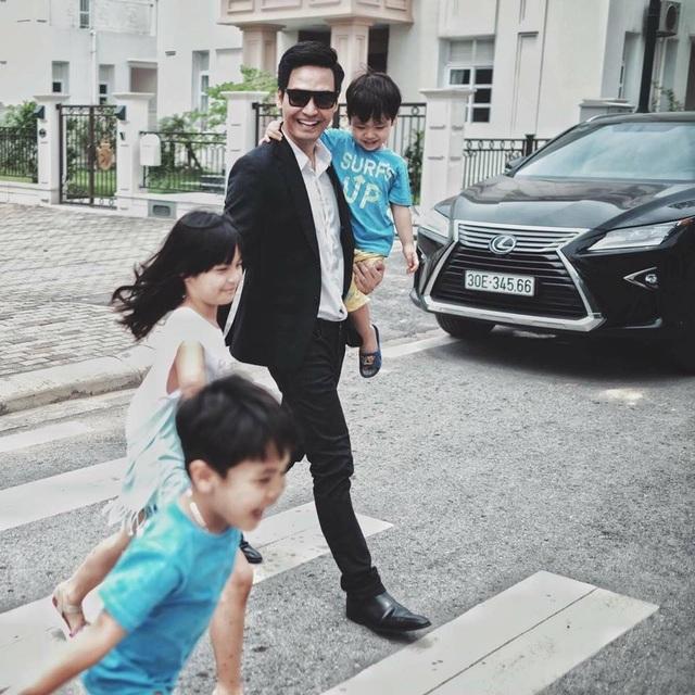 Một số cá nhân cho rằng MC Phan Anh ăn chặn tiền từ thiện để tậu xe mới, nhà sang và đưa vợ con ra nước ngoài du lịch.