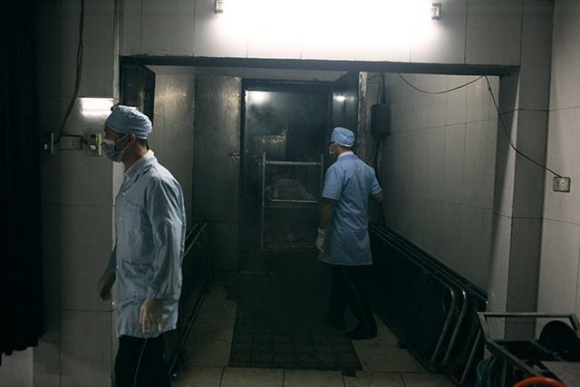 Trước khi làm đẹp cho tử thi để đưa vào quan tài, Tùng cùng một đồng nghiệp vào nhà lạnh kiểm tra danh tính tử thi,  mang xác ra bên ngoài.
