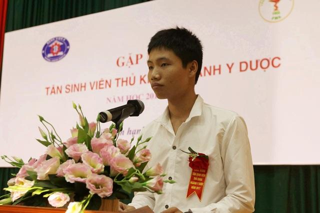 Em Hồ Phi Khánh - Thủ khoa ngành Y Đa khoa, ĐH Y Hà Nội đại diện các thủ khoa phát biểu.