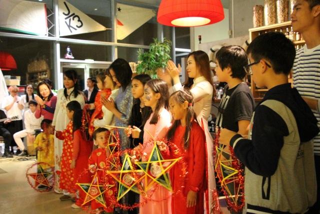 Các bé cùng các mẹ phấn khởi nhận quà từ ban tổ chức là chiếc đèn ông sao