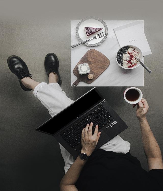 Chỉ cần một chiếc laptop gọn nhẹ và tinh thần làm việc nghiêm túc, bạn có thể biến bất cứ nơi đâu trở thành bàn làm việc 1 cách hiệu quả.