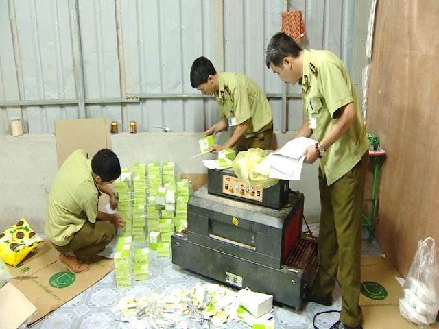 Cơ quan chức năng phát hiện công đoạn đóng gói sản phẩm của Công ty TNHH Thương mại và dịch vụ TS.Việt Nam tại Hà Đông- Hà Nội (Ảnh: TM)