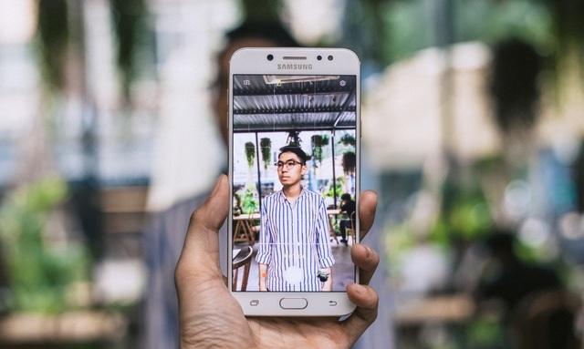 Ánh chân dung được hiển thị sắc nét trên giao diện máy ảnh Galaxy J7+