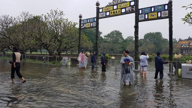 Một số du khách vẫn lội nước vào Đại Nội tham quan.