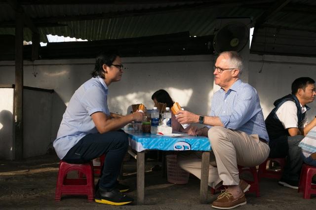 Thủ tướng Úc Turbull thưởng thức bánh mì tại quán bình dân ở Đà Nẵng.