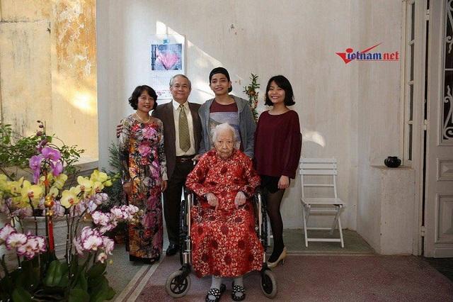 Cụ Hoàng Thị Minh Hồ chụp ảnh cùng con cháu dịp Tết 2017. Ảnh: Gia đình cung cấp