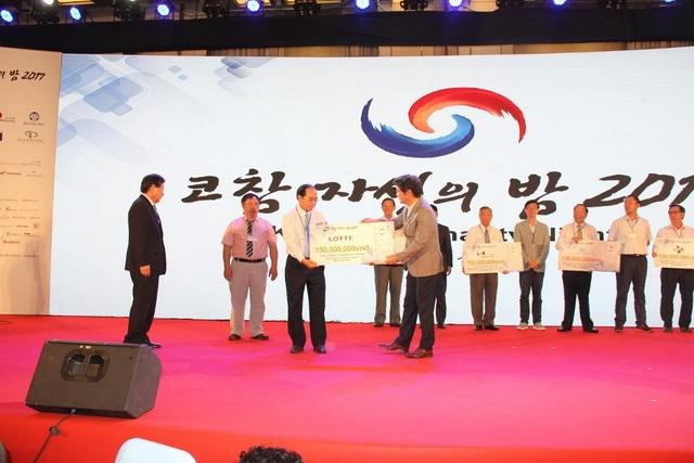 Ông Hong Won Sik, đại diện Tập đoàn LOTTE tại Việt Nam trao tặng 230 triệu đồng vào quỹ từ thiện Kocham