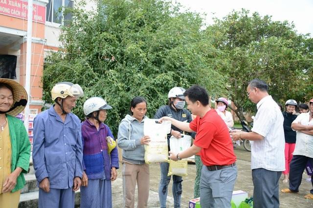 Ông Đoàn Diệp Bình, đại diện LOTTE Mart Việt Nam trao tặng những phần quà đến bà con xã Xuân Phước, huyện Đồng Xuân, tỉnh Phú Yên