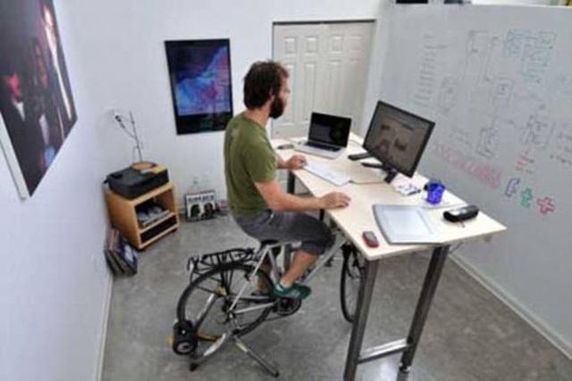 Nếu sợ đi xe đạp ngoài đường quá nguy hiểm, bạn có thể đạp xe ngay tại bàn làm việc.