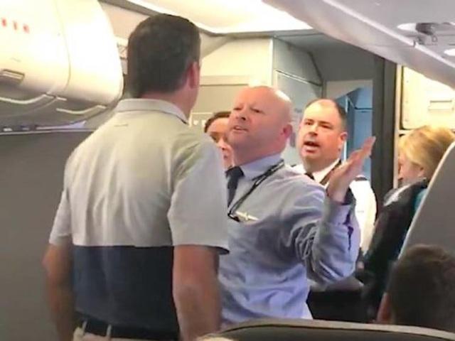 Một hãng hàng không Mỹ đã tóm lấy chiếc xe đẩy và đánh một hành khách có em bé. Khi một hành khách khác tiến đến để cản anh ta lại, người tiếp viên này đã đe dọa đấm anh ta.