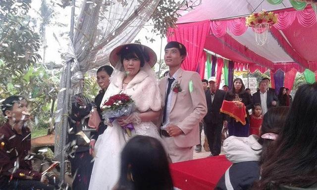 Cô dâu và chú rể đều tươi cười trong lễ cưới