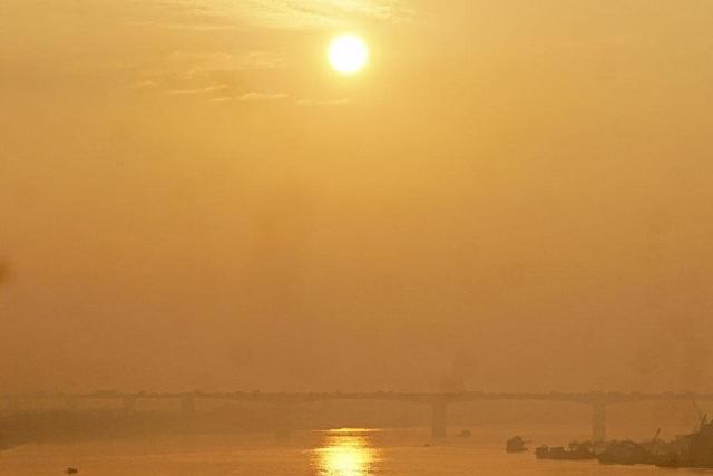 Từ cầu Vĩnh Tuy cũng có thể ngắm nhìn mặt trời mọc phía trên cầu Thanh Trì, ánh nắng sớm mai vàng rực bao phủ khắp không gian.