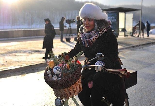 Công chúa tuyết di chuyển bằng xe đạp