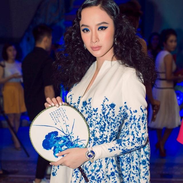 """Angela Phương Trinh trở nên ấn tượng và cá tính trong set đồ màu xanh với phiên bản Policromia đá """"Thiên Thanh"""" Lapis Lazuli trị giá gần 80 triệu đồng."""