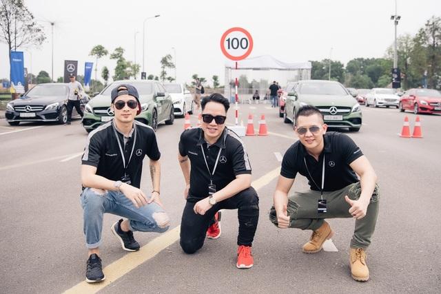 Chương trình năm nay còn có sự góp mặt của hot blogger JVevermind, MC Tùng Leo và Nam vương Quốc tế 2016 Nguyễn Hải Quân. Sau 5 ngày diễn ra sự kiện, đã có khoảng 900 khách hàng được cấp chứng chỉ hoàn thành khóa học tại Học viện Lái xe An toàn Mercedes-Benz 2017.