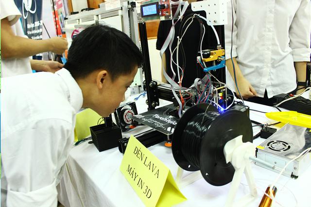Một bạn học sinh chăm chú với sự hoạt động của chiếc máy in 3D.