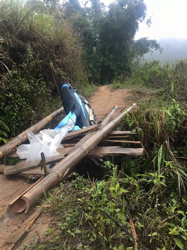 Chiếc xe bất ngờ thụt xuống hố trên đoạn đường ở vùng cao Nậm Có (Mù Cang Chải).
