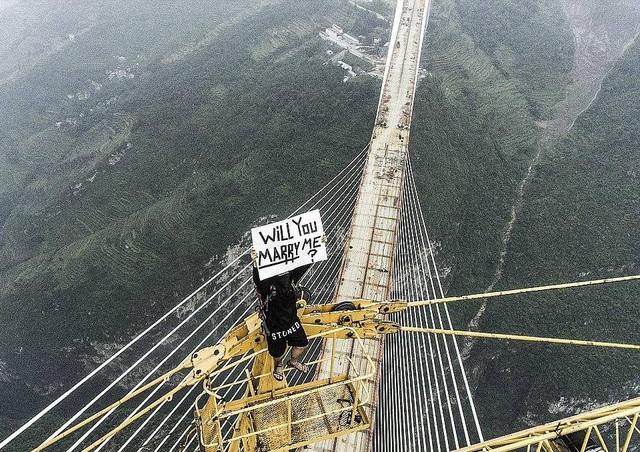 Trước đó, vào mùa thu năm ngoái, Keow đã cầu hôn Marta trên cây cầu cao nhất thế giới