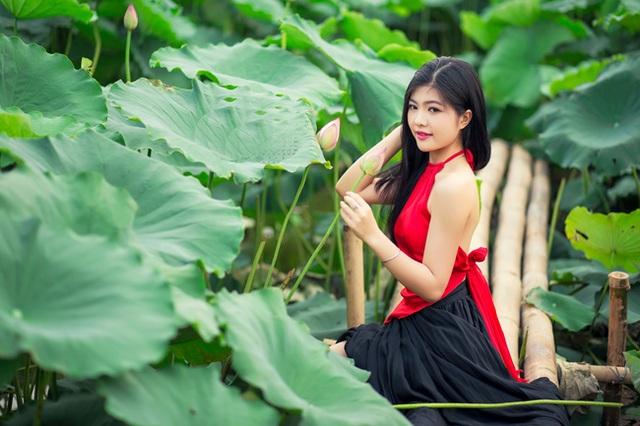 Minh Thư (nữ sinh Sư phạm) không quá vất vả nhưng vẫn có bức hình đẹp nền nã cùng sen (ảnh: Pai Trần).