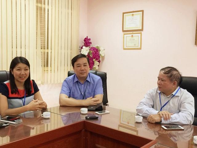 Thứ trưởng Bùi Văn Ga làm việc với Hội đồng chấm thi môn Ngữ văn tại trường THPT Phan Đình Phùng (Hà Nội).