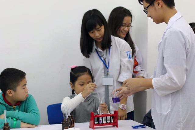 Lâm truyền tình yêu hóa học cho các em nhỏ qua các thí nghiệm thú vị.