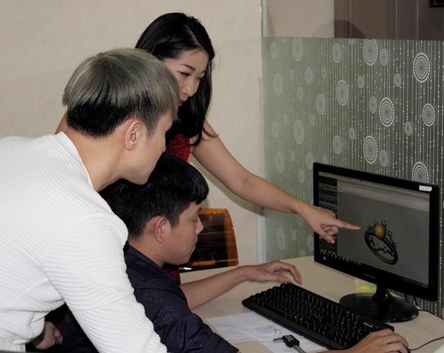 Nam ca sĩ tìm hiểu quy trình thiết kế, dựng 3D tác phẩm trang sức trước khi đến xưởng chế tác chuyên nghiệp.