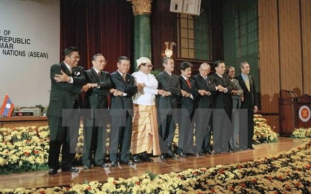 Bộ trưởng Ngoại giao các nước ASEAN và Tổng Thư ký ASEAN A.Singh tại Lễ kết nạp CHDCND Lào và Liên bang Myanmar làm thành viên chính thức của ASEAN, ngày 23/7/1997, tại Subang Jaya (Malaysia). (Ảnh: Phạm Quyền/TTXVN)