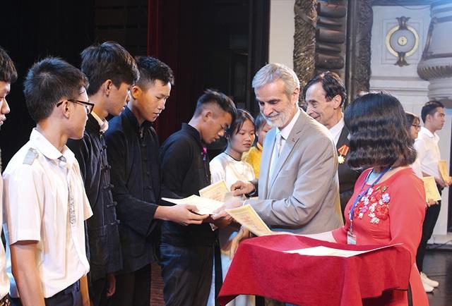 Những suất học bổng được trao tận tay các em để khích lệ tinh thần học tập, sáng tạo của thế hệ trẻ Việt Nam.