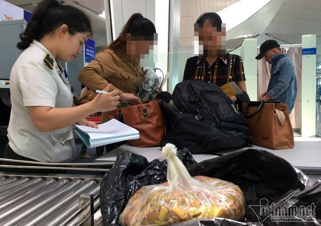 Dưa mùng muối bọc kín trong túi ni-lông đen của hành khách bị giữ lại cửa an ninh