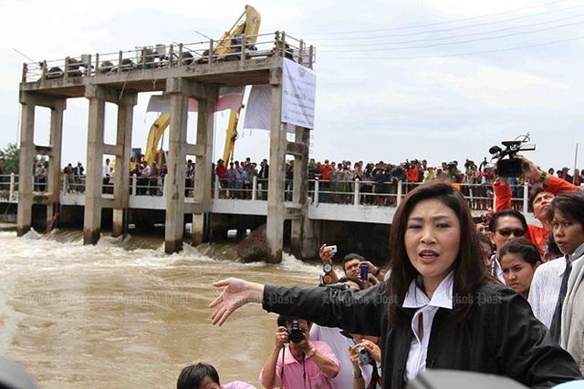 Bà Yingluck kiểm tra cửa cống Bang Chom Sri (huyện In Buri, Sing Buri, Thái Lan) ngày 3/10/2011. Ảnh: Bangkok Post