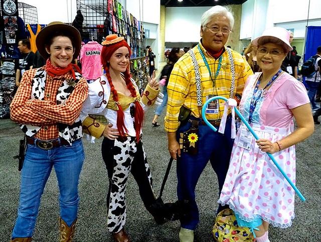 """Ai bảo lớn tuổi là không thể mặc trang phục nổi bật rồi hóa thân thành Woody cùng Bo Peep trong """"Toy Story""""?"""
