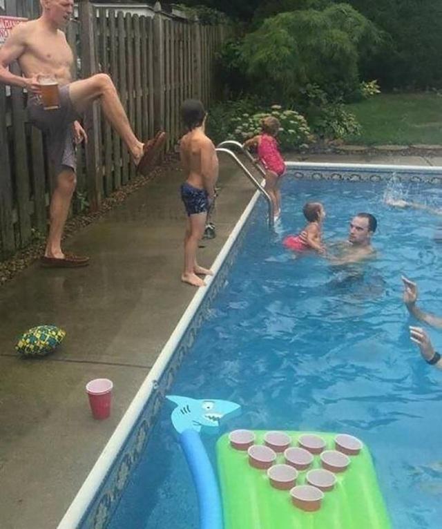 Dạy con tập bơi cũng chẳng khó gì, cứ đạp xuống nước là nổi hết!