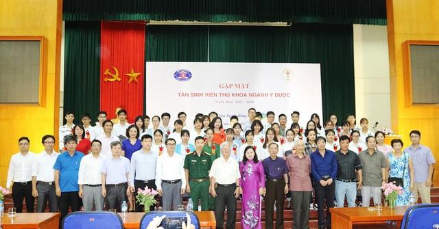 Chương trình Gặp mặt và trao quà cho các tân sinh viên đỗ thủ khoa ngành Y, dược các tỉnh phía Bắc năm học 2017-2018.