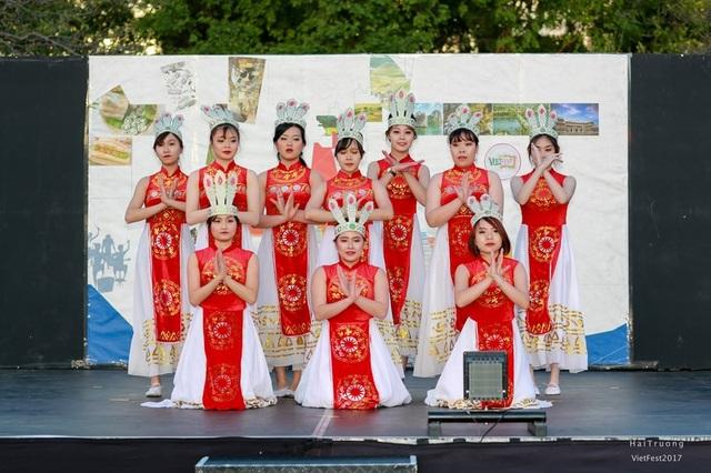 Bạn trẻ Việt trình diễn áo dài, nhảy sạp, hát quan họ ở Adelaide - 6