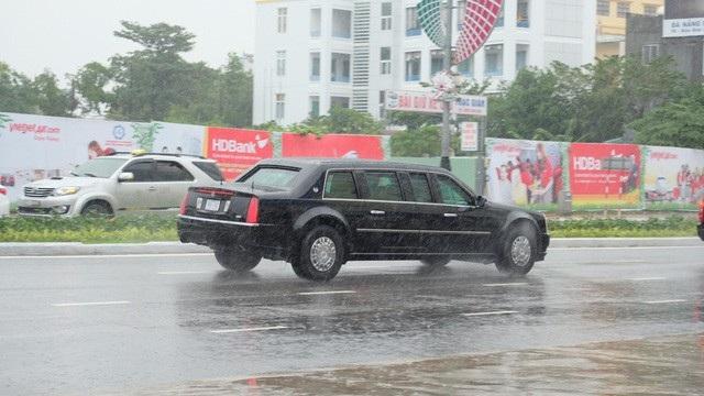 Đoàn xe lướt đi dưới trời mưa lớn. Theo quan sát của phóng viên, người dân đứng dõi theo đoàn xe khá đông.