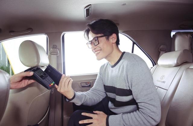 Điểm chung của 3 sao Việt là tận dụng phương thức thanh toán Samsung Pay ngay trên điện thoại để dù không có tiền mặt, không có ví bên người vẫn hoàn thành chi trả nhanh-gọn-dễ dàng-bảo mật.