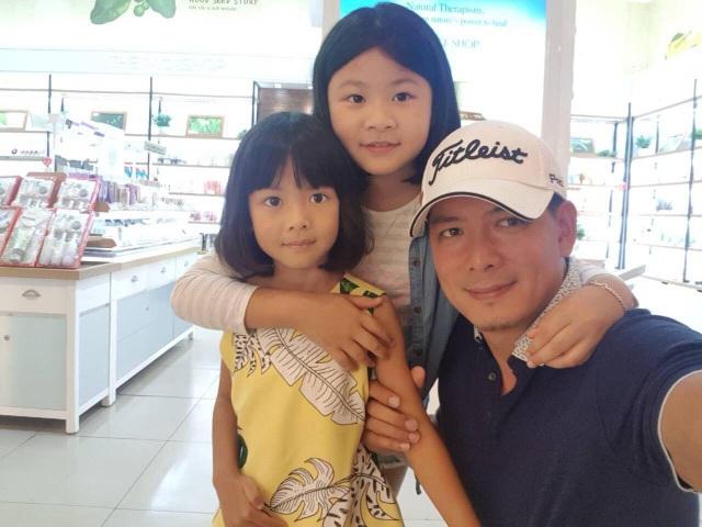 Bình Minh gửi những bức ảnh hạnh phúc của anh bên cạnh hai con gái cho vợ.