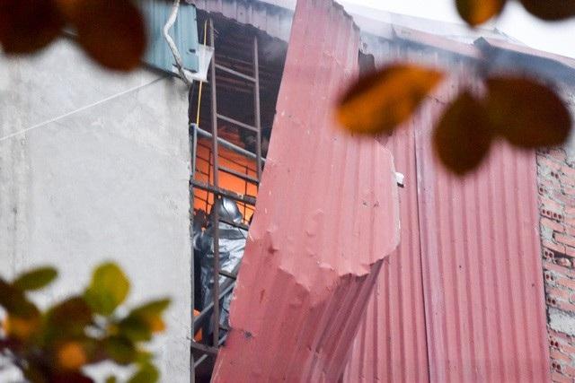 17h30, lực lượng cứu hoả bắt đầu tiếp cận được tầng 3 của ngôi nhà, nơi vẫn đang cháy dữ dội. Ngọn lửa được không chế sau đó ít phút.