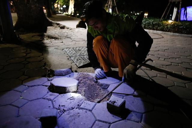 Anh Toàn (quê Đan Phượng, Hà Nội) đang đào đường chôn cáp điện giữa đêm đông.
