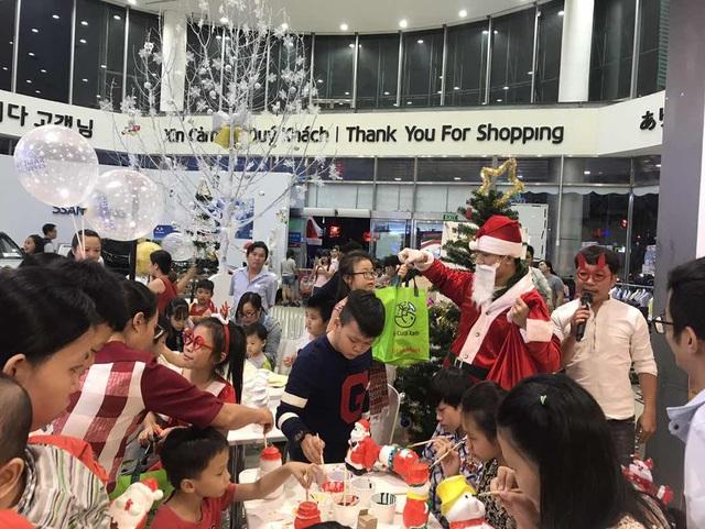 Các gia đình nô nức đến LOTTE Mart trải nghiệm những hoạt động hấp dẫn: tô tượng ông già Noel, vẽ tranh, chơi trò chơi nhận quà,…