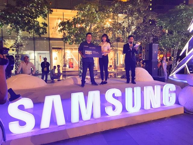 """Anh Đỗ Duy Tuấn (TP.HCM), khách hàng trúng giải thưởng chương trình """"Trải nghiệm cực vui, rinh quà cực đỉnh"""" tại Bitexco (TP.HCM) chia sẻ """"Tôi cảm thấy vô cùng may mắn khi nhận được TV 49 inch Samsung. Ban đầu tôi nghĩ chỉ tham gia trải nghiệm sản phẩm TV Samsung SUHD vì thấy chất lượng hình ảnh hiện thị sắc nét và các tiện ích từ ứng dụng độc quyền mà TV Samsung mang lại nhưng không ngờ lại trúng giải thưởng lớn như thế này. Đây quả thật là một món quà đầy bất ngờ trong năm mới 2017"""""""