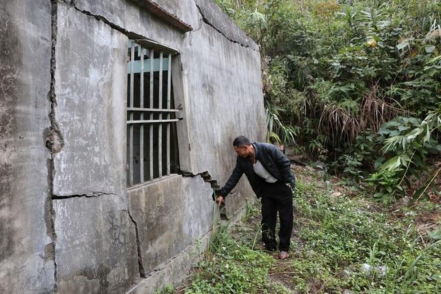 Nhà anh Trần Đức Giỏi, nhà bị sập công trình phụ. Hiện tại nhà nứt gia đình anh vẫn cố ở mà lòng nơm nớp lo sợ.