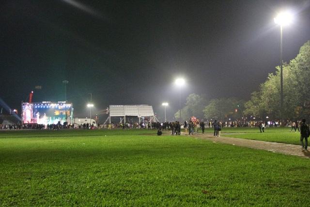 Quảng trường Ngọ Môn năm nay lại càng đìu hiu, vắng người hơn rất nhiều dù có chương trình nghệ thuật