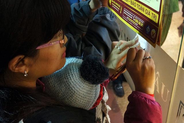 Chị Nguyễn Thị Minh Hương (Hoàng Mai, Hà Nội) cũng tới cửa hàng từ 5h sáng, ôm theo con nhỏ.