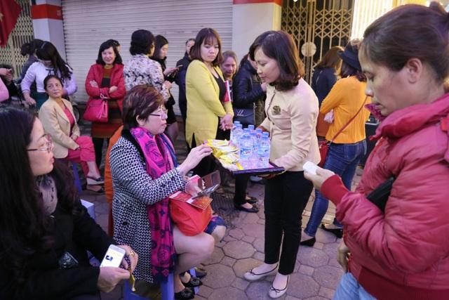 Chen chân mua Gà trống vàng cầu may từ sáng sớm - 7