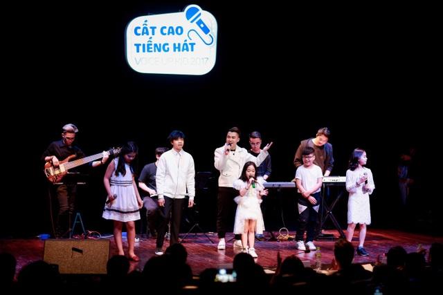 Và đặc biệt là ca khúc mới nhất của Bích Phương Bao giờ lấy chồng, cô hát cùng tất cả các thí sinh. Anh Bùi Anh Tuấn cũng không quên tặng khán giả ca khúc Nơi tình yêu bắt đầu.