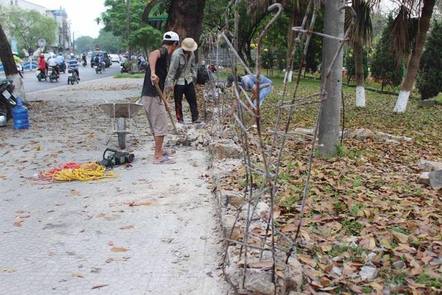 Trước đó, TP Huế cũng đã tháo dỡ những hàng rào đã xuống cấp ở những công viên bên bờ sông Hương, đồng thời lát gạch hoa lại để tạo sự thông thoáng cho vỉa hè cũng như người đi đường.