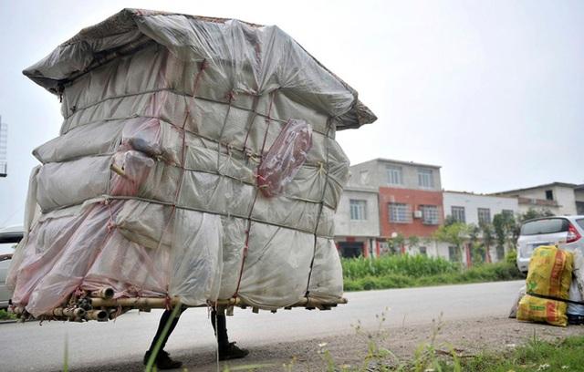 Thêm một ngôi nhà di động nữa nhưng không được lắp bánh xe mà di chuyển bằng chính đôi chân của chủ nhà.