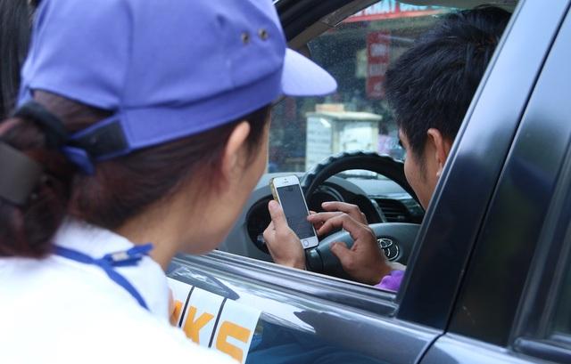 Phần lớn người đỗ xe vẫn giữ thói quen cũ là đỗ xe sau đó thanh toán tiền mặt nên khi được nhân viên trông xe yêu cầu thanh toán bằng nhắn tin điện thoại hay tải phần mềm iParking, một số người tỏ ra khó chịu và cáu gắt.